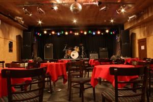 宴会イベント、アコースティックイベントなどでホールにテーブルと椅子を並べた風景
