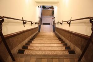 入口の階段です。ご来店の際は足元にご注意ください!